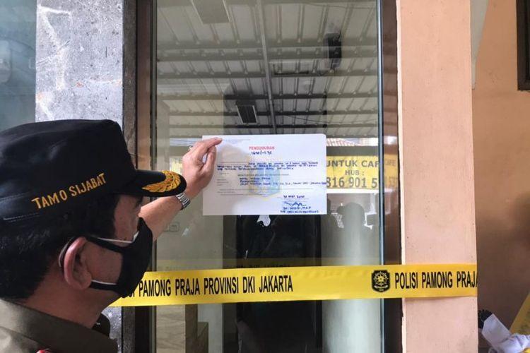 Petugas Satpol PP Kota Jakarta Barat menutup permanen Hotel Wisma Prima, Taman Sari, Jakarta Barat, Senin (31/5/2021).