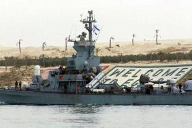 Sebuah kapal perang Israel sedang berlayar di dekat kota Ismailiya, Mesir.