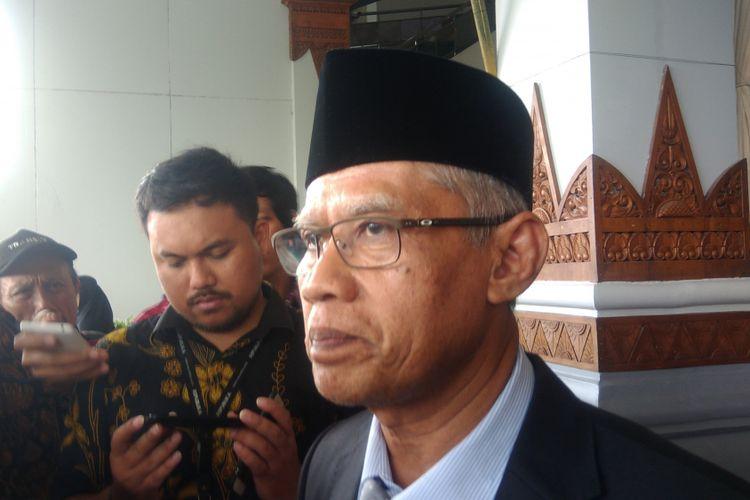 Ketua Umum PP Muhammadiyah Haedar Nashir ditemuI seusai mengikuti resepsi pernikahan putri Mensesneg Pratikno di JEC, Banguntapan, Bantul.