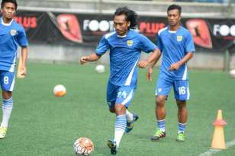 Gelandang bertahan Persib Bandung Hariono saat menjalani latihan di Lapangan Football Plus, Kabupaten Bandung Barat, Kamis (28/4/2016).