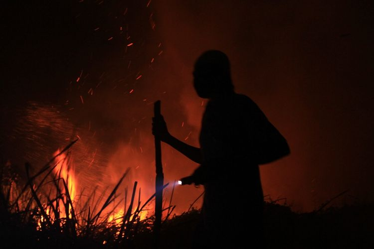 Kondisi kebakaran hutan dan lahan yang terjadi di Kelurahan Sri Mulya Kecamatan Sematang Borang, Palembang, Sumatera Selatan. Kebakaran itu saat ini telah mendekati kediaman warga, Selasa (15/10/2019).