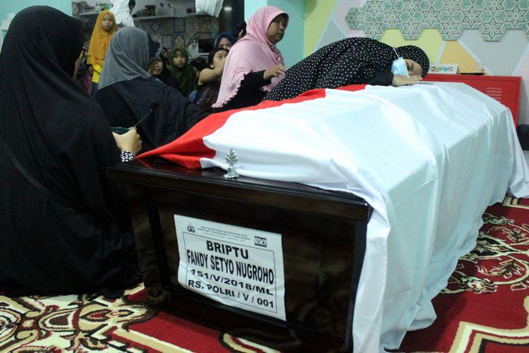 Anggota keluarga berdoa di samping peti jenazah korban kerusuhan di Rutan Mako Brimob almarhum Briptu Fandy Setyo Nugroho di rumah duka, di Kompleks Polri, Jatirangga, Bekasi, Jawa Barat, Rabu (9/5/2018). Almarhum Briptu Fandy Setyo Nugroho menjadi salah satu korban meninggal akibat insiden kerusuhan di Rutan Mako Brimob, Depok. ANTARA FOTO/Risky Andrianto/aww/18.