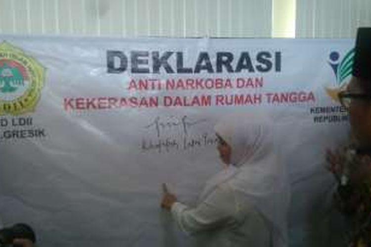 Menteri Sosial Khofifah Indar Parawansa, Sabtu (25/6/2016), menandatangani deklarasi anti-narkoba dan kekerasan rumah tangga di Gresik, Jawa Timur.