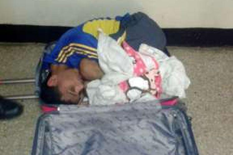 Beginilah posisi Ibrain Jose Vargas Garcia di dalam koper yang dibuka penjaga penjara di Venezuela.