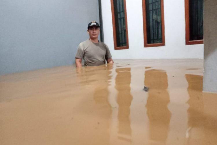 Banjir 1-1, 5 meter merendam Desa Sukadana, Kecamatan Cimanggung, Kabupaten Sumedang. Hingga Senin (30/3/2020) sekitar pukul 23.30 WIB, banjir belum surut. Dok. Kepala Desa Sukadana/KOMPAS.com