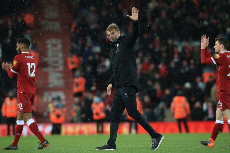 Pelatih Liverpool, Juergen Klopp, membalas aplaus penonton di Stadion Anfield seusai timnya menang telak atas Watford pada laga Premier League, Sabtu (17/3/2018).