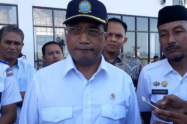 Menteri Perhubungan Budi Karya Sumadi saat meninjau kesiapan bandara Laga Ligo Bua di Luwu, Sulawesi Selatan, Rabu (12/9/2018).
