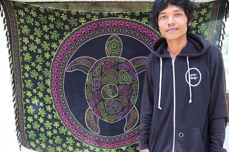 """Sejak empat tahun lalu, Pati Hariyose (35) berjibaku menyambung """"napas"""" penangkaran penyu di kawasan Pasir Jambak, Kota Padang, Sumatera Barat. Demi misi itu, ia rela menjual vespa kesayangannya."""