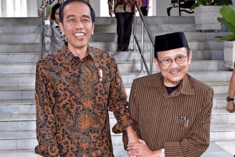 Presiden Joko Widodo bersama Presiden RI ke-3 BJ Habibie di Istana Merdeka, Jakarta, Kamis (1/19/2017).