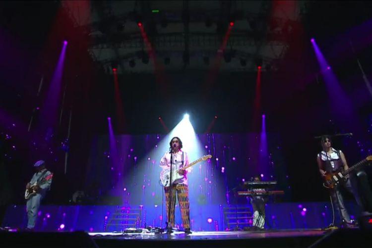 Penampilan Danilla Riyadi dalam konser 48 Tahun God Bless Berkarya.