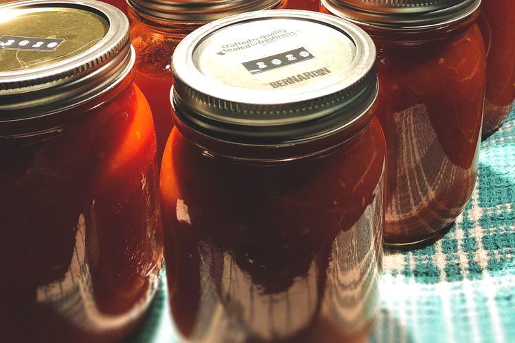 Mengemas tomat dalam toples bertutup rapat bisa mengawetkan tomat selama berbulan-bulan.