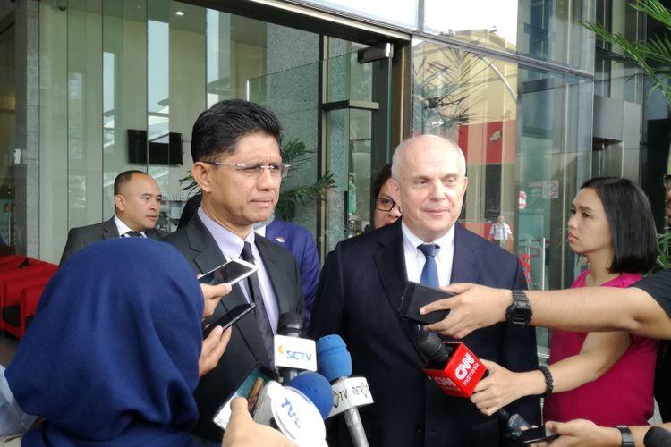 Wakil Ketua KPK Laode M Syarif (kiri) dan Duta Besar Amerika Serikat untuk Indonesia, Joseph R Donovan Jr (kanan)