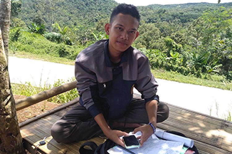 mahasiswa dari Departemen Arsitektur Lanskap Fakultas Pertanian IPB University Idim Dimyati naik turun bukit untuk jalani kuliah online.