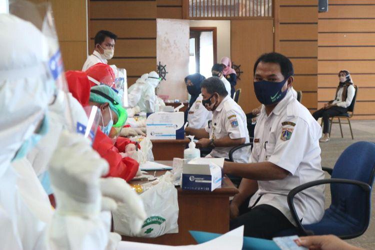 ASN di Pemkot Jakarta Utara mengikuti rapid test massal di Ruang Bahari, kantor Wali Kota Jakarta Utara
