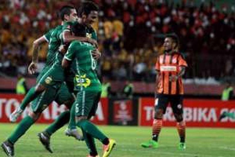 Selebrasi gelandang Bhayangkara Surabaya United, Ilham Udin Armaiyn, seusai mencetak gol kedua timnya pada laga kontra Perseru Serui di Stadion Gelora Delta, Sidoarjo, Senin (29/8/2016).