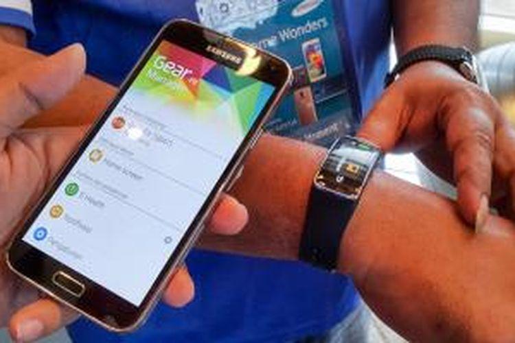 Galaxy S5 bisa tersamung ke jam tangan pintar Galaxy Fit untuk fungsi health monitoring lebih jauh