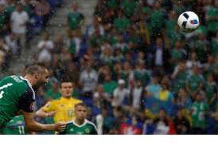 Pemain belakang Irlandia Utara, Gareth McAuley (kiri), mencetak gol ke gawang Ukraina pada pertandingan penyisihan Grup C Piala Eropa 2016 di Stadion Parc Olympique Lyonnais, Décines-Charpieu, Lyon, Kamis (16/6/2016).