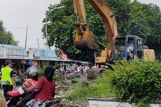 Puluhan Lapak PKL di Kawasan Stasiun Tegal Dibongkar dengan Alat Berat