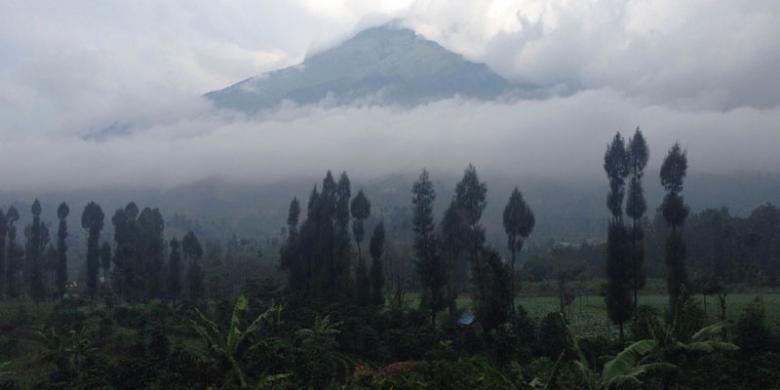Gunung Sumbing (3.371 mdpl) dilihat dari Jalan Raya Parakan - Wonosobo, Jawa Tengah, Senin (16/5/2016) sore.