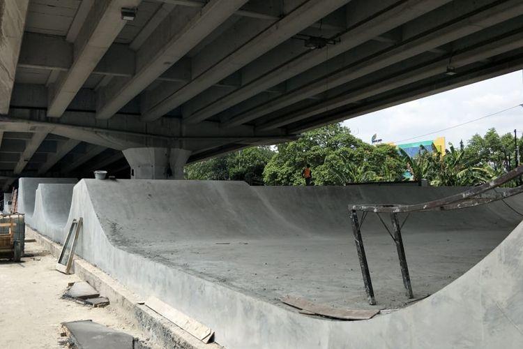 Skatepark di kolong Flyover Pasar Rebo, Jalan Raya Bogor, Jakarta Timur, tengah dibangun, Jumat (1/11/2019).
