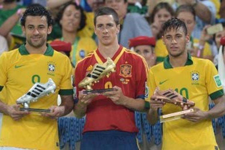 Striker Spanyol, Fernando Torres (tengah), diapiti dua striker Brasil, Neymar (kanan) dan Fred, ketika penyerahan hadiah Sepatu Emas. Mereka menjadi top skor Piala Konfederasi.