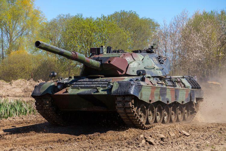 Tank Leopard 1A5 buatan Jerman.