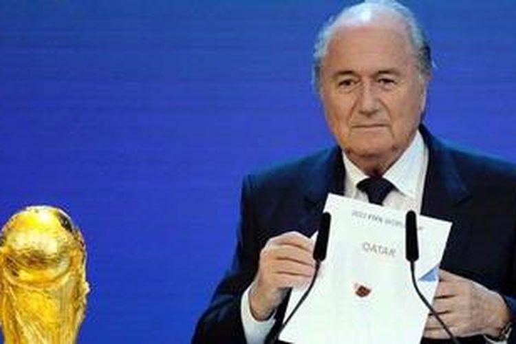 Gambar diambil pada 2 Desember 2010 menunjukkan Presiden FIFA Sepp Blatter memegang secarik kertas bertuliskan Qatar saat pengumuman tuan rumah Piala Dunia 2022 di markas FIFA di Zurich, Swiss. FIFA tengah gencar melakukan reformasi untuk melakukan perlawanan terhadapan penyuapan, korupsi, dan pengaturan skor.