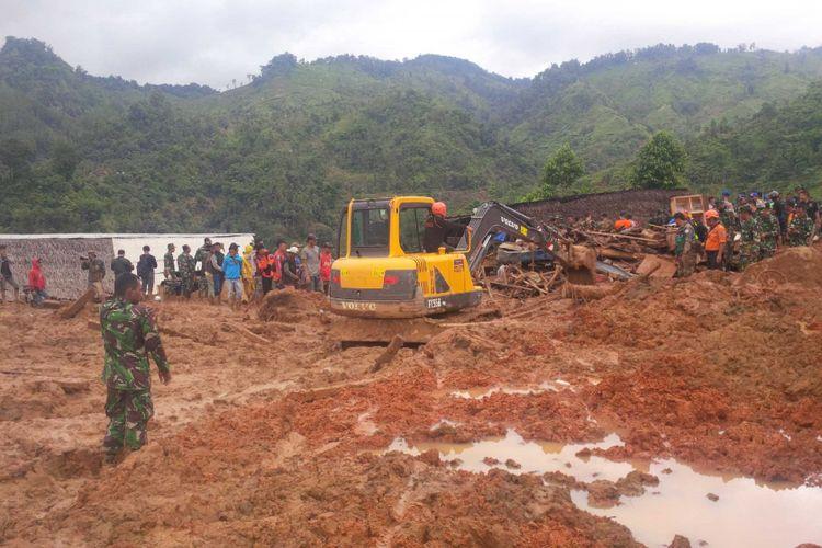 Salah satu alat berat yang digunakan dalam pencarian korban longsor di Cisolok, Sukabumi, Jawa Barat, Selasa (1/1/2019)