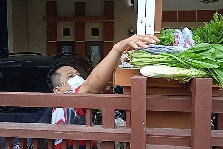 Warga Sumber Rejo Sejahtera, Kemiling mendapatkan bantuan berupa sayuran dan ikan dari Polsek Kemiling, Sabtu (17/7/2021). Warga yang sedang isolasi mandiri ini mengaku senang karena akhirnya bisa memasak makanan sendiri.