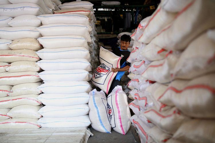 Buruh menurunkan beras Bulog di Pasar Induk Beras Cipinang, Jakarta Timur, beberapa waktu lalu.