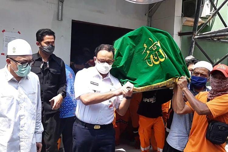 Gubernur DKI Jakarta Anies Baswedan saat menandu keranda jenazah almarhum Taka yang akan dimasukkan kedalam mobil ambulance di Masjid Al-Ihsan, Kelapa Gading Barat, Jakarta Utara, Kamis (23/7/2020)