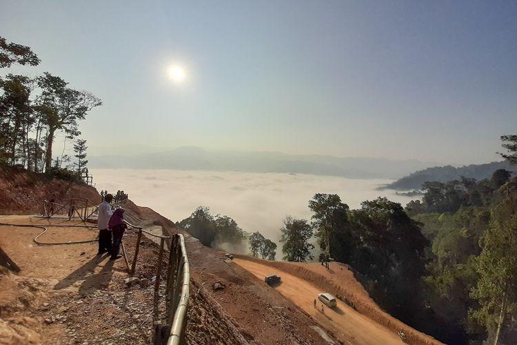 Pengunjung tengah menikmati panorama hamparan awan di Gunung Luhur Kabupaten Lebak, Banten, Rabu (18/9/2019)
