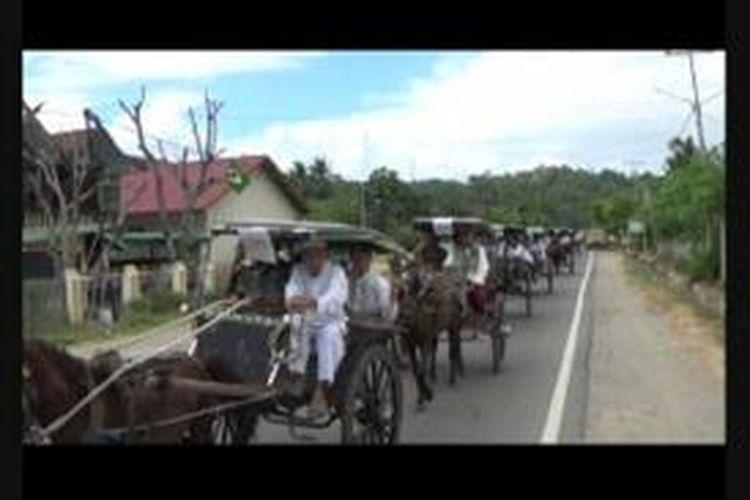 Naik bendi secara berkelompok hingga belasan doker ala warga Polewali Mandar, Sulawesi Barat.