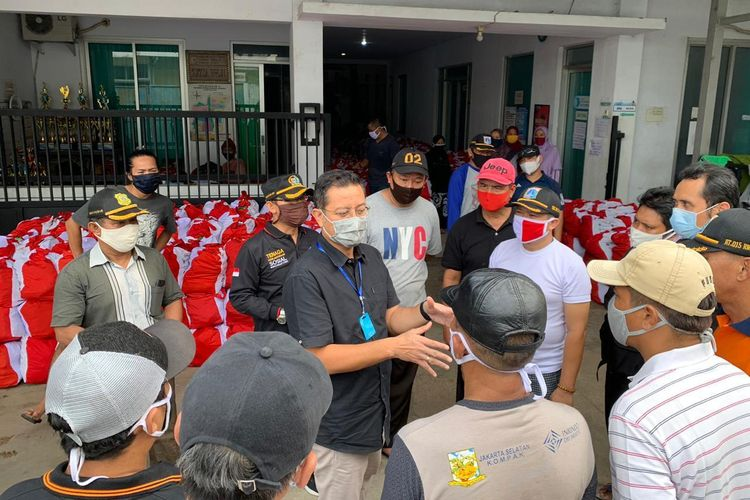 Mensos Juliari P. Batubara sedang memberikan arahan serta briefing kepada petugas yang mendistribusikan bantuan sosial, di RW 07, Kelurahan Slipi, Kecamatan Grogol, Jakarta Barat, Jumat (01/05/2020).