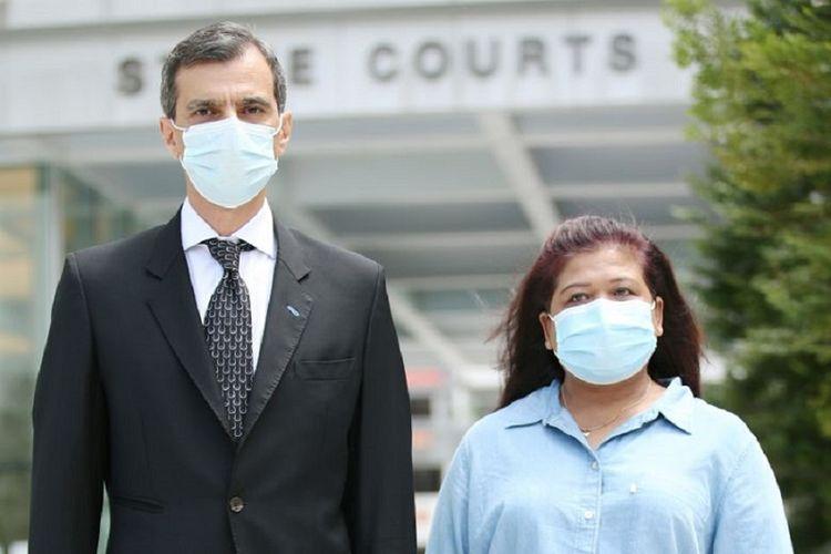 TKI Parti Liyani bersama dengan pengacaranya Anil Balchandan terlihat di depan Pengadilan Tinggi Singapura