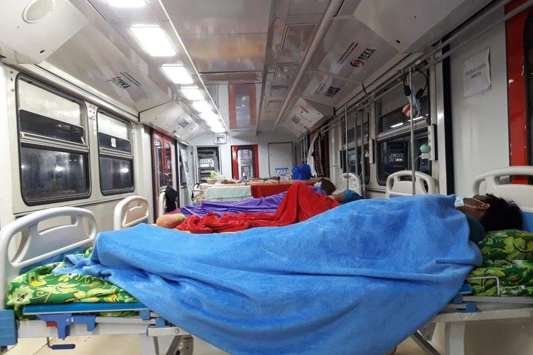 ISOLASI—Beberapa pasien positif covid-19 menjalani isolasi di kereta medik darurat atau emergency medical train (EMT) buatan PT INKA di Kota Madiun. Kereta medik itu mulai dibanjiri pasien covid-19 setelah ruang isolasi di rumah sakit rujukan di kota pendekar penuh.