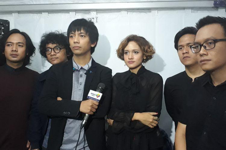 Grub band DMASIV bersama Dea eks HiVi saat dijumpai Kompas.com di The Breeze, BSD City, Tangerang, Sabtu (28/5/2017).
