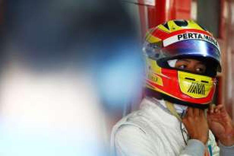 Pebalap Manor Racing asal Indonesia, Rio Haryanto, bersiap saat akan menjalani sesi latihan ketiga GP Jerman di Hockenheimring, Sabtu (30/7/2016).