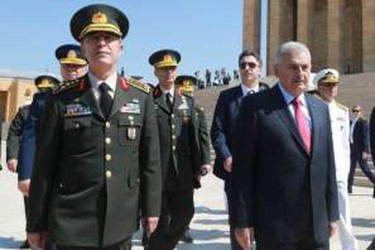Panglima Angkatan Bersenjata Turki Jenderal Hulusi Akar dan PM Binali Yildirim jelang sidang dewan militer tertinggi di Ankara, Kamis (28/7/2016).