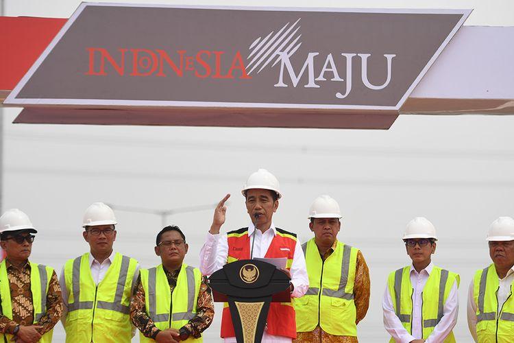 Presiden Joko Widodo (tengah) berpidato sebelum meresmikan Jalan Tol Layang Jakarta-Cikampek di KM 38, Cikarang, Bekasi, Jawa Barat, Kamis (12/12/2019). Jalan tol tersebut akan dibuka untuk mendukung arus lalu lintas libur Natal 2019 dan Tahun Baru 2020.