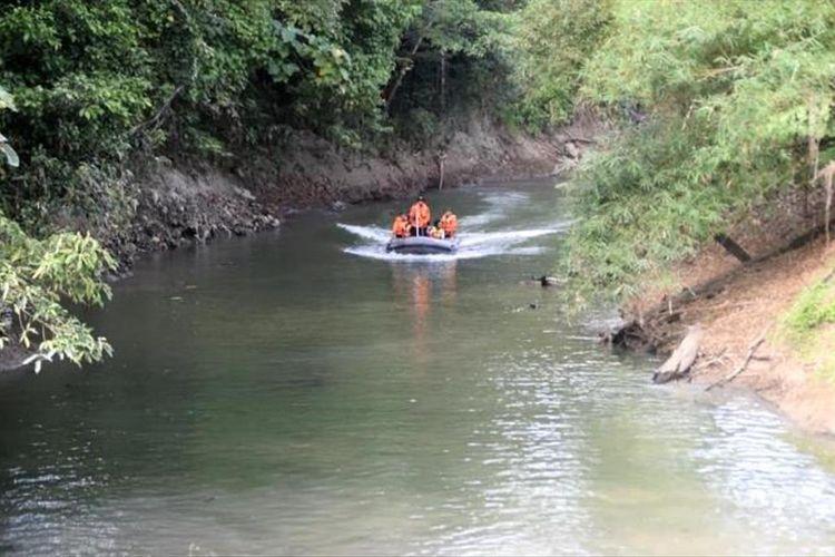 Tim SAR Pos SAR Baubau, bersama warga sekitar sedang melakukan penyisiran di sepanjang aliran sungai dengan menggunakan perahu karet.