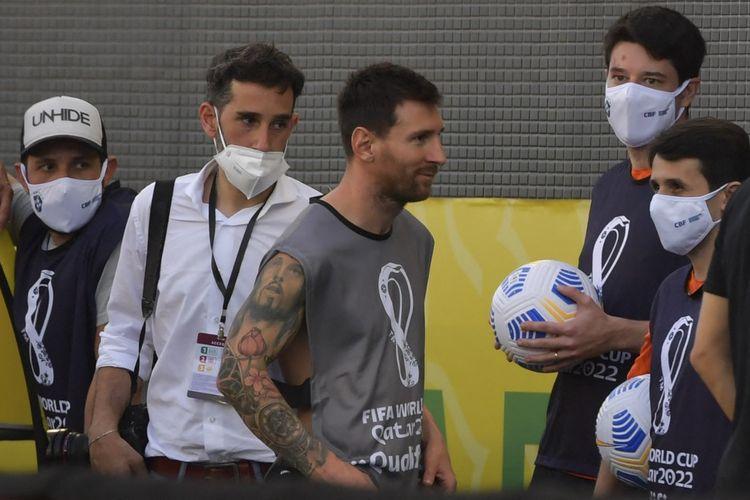 Kapten timnas Argentina Lionel Messi, tanpa mengenakan seragam Albiceleste, terlihat berjalan kembali memasuki lapangan Corinthians Arena di Sao Paulo, Brasil, setelah penundaan laga Kualifikasi Piala Dunia 2022 zona CONMEBOL kontra Brasil pada Senin (6/9/2021) dini hari WIB.