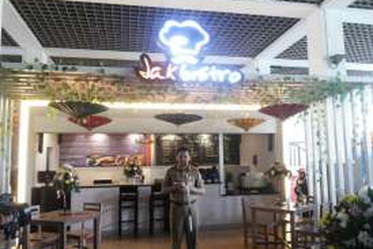 Gubernur DKI Jakarta Basuki Tjahaja Purnama saat meluncurkan sebuah kafe yang diberi nama JakBistro di Balai Kota, Senin (17/10/2016).