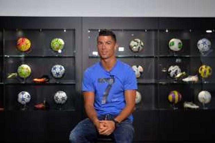 Pemain Real Madrid, Cristiano Ronaldo, sedang mengunjungi museum CR7 yang didedikasikan untuknya, di Funchal, Madeira, Sabtu (23/7/2016).