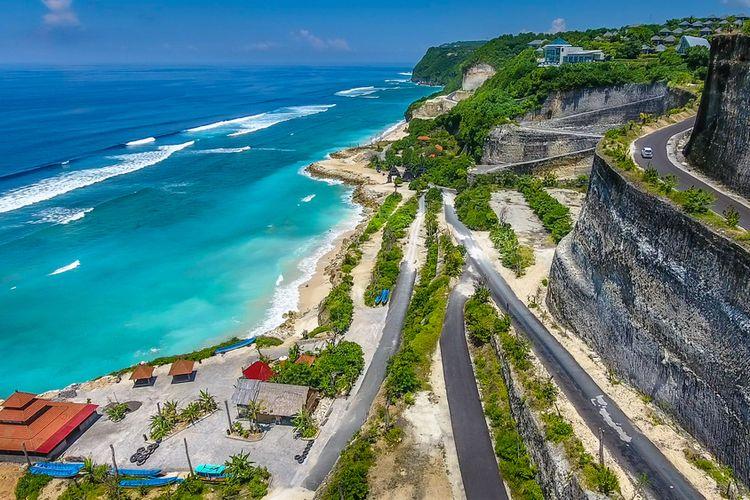 Pantai Melasti, salah satu wisata populer di Bali.