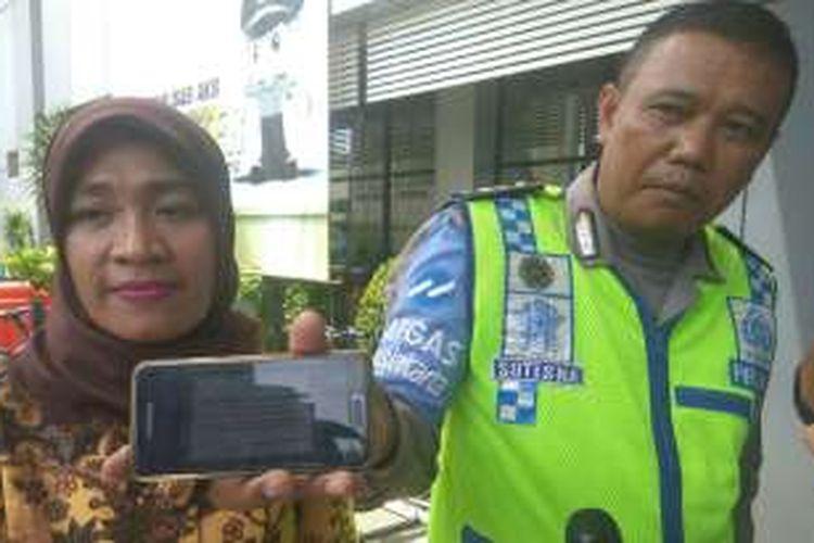 Dora Natalia Singarimbun dan Aiptu Sutisna usai pencabutan laporan di Mapolda Metro Jaya, Jumat (23/12/2016).