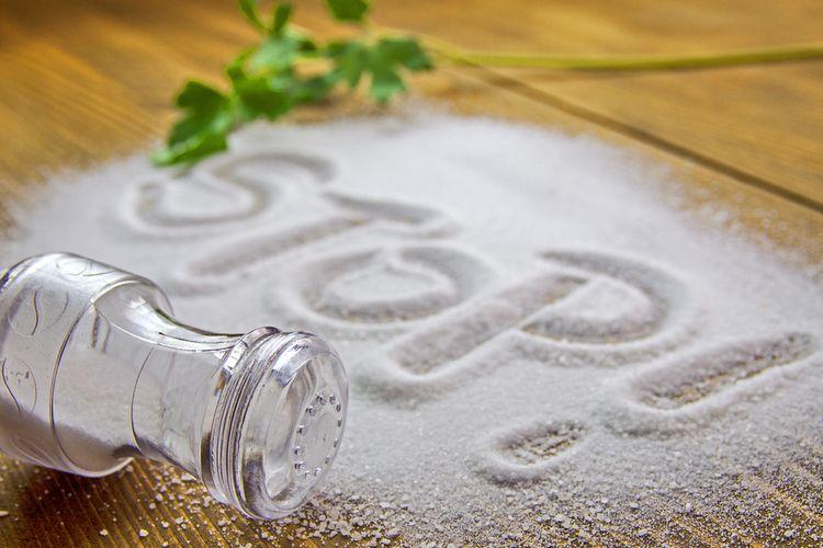 Ilustrasi konsumsi garam berlebih menyebabkan penyakit hipertensi.
