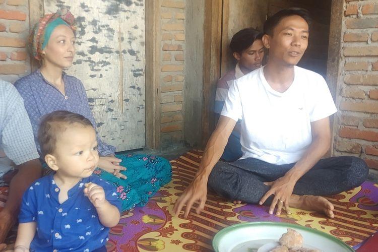 Melissa (baju biru) dan suaminya Indra (baju putih) di rumah mertua