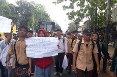 Sejumlah Pelajar SMA Berjalan Kaki di Jalan Raya Bogor Menuju Gedung DPR