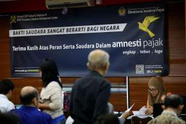 Sejumlah warga menunggu panggilan untuk ikut dalam program Tax Amnesty di Kantor Pajak Pratama Kebayoran Lama, Jakarta Selatan, Jumat, 30/9/2016.